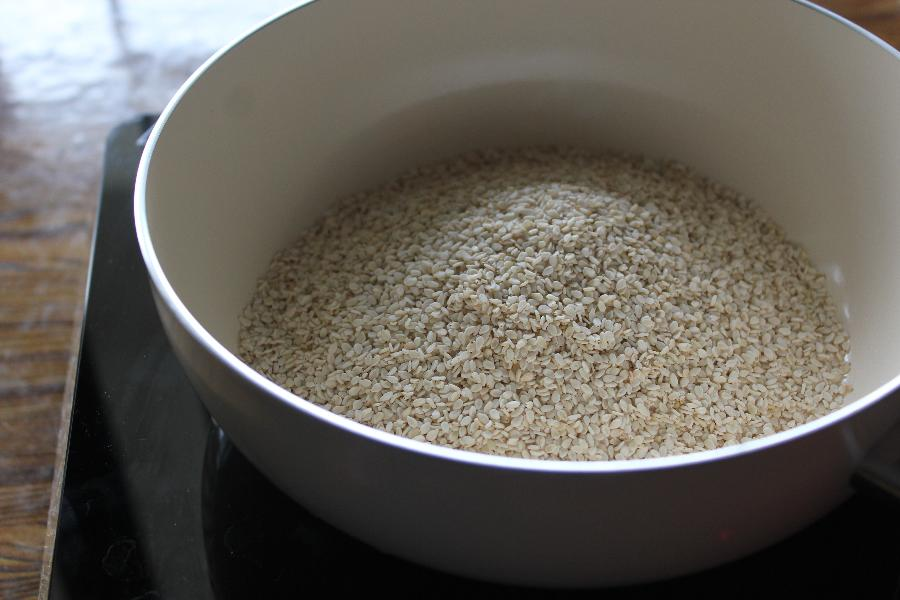 roasting sesame seeds to make ellu urundai