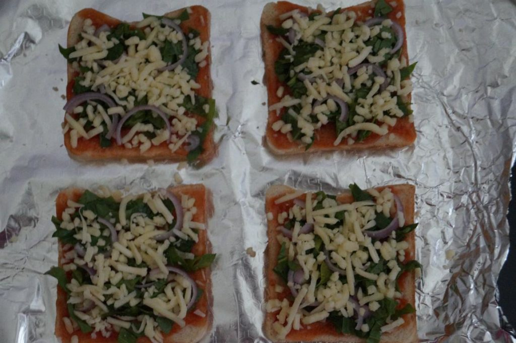 preparation of spinach bread pizza, easy breakfast recipes
