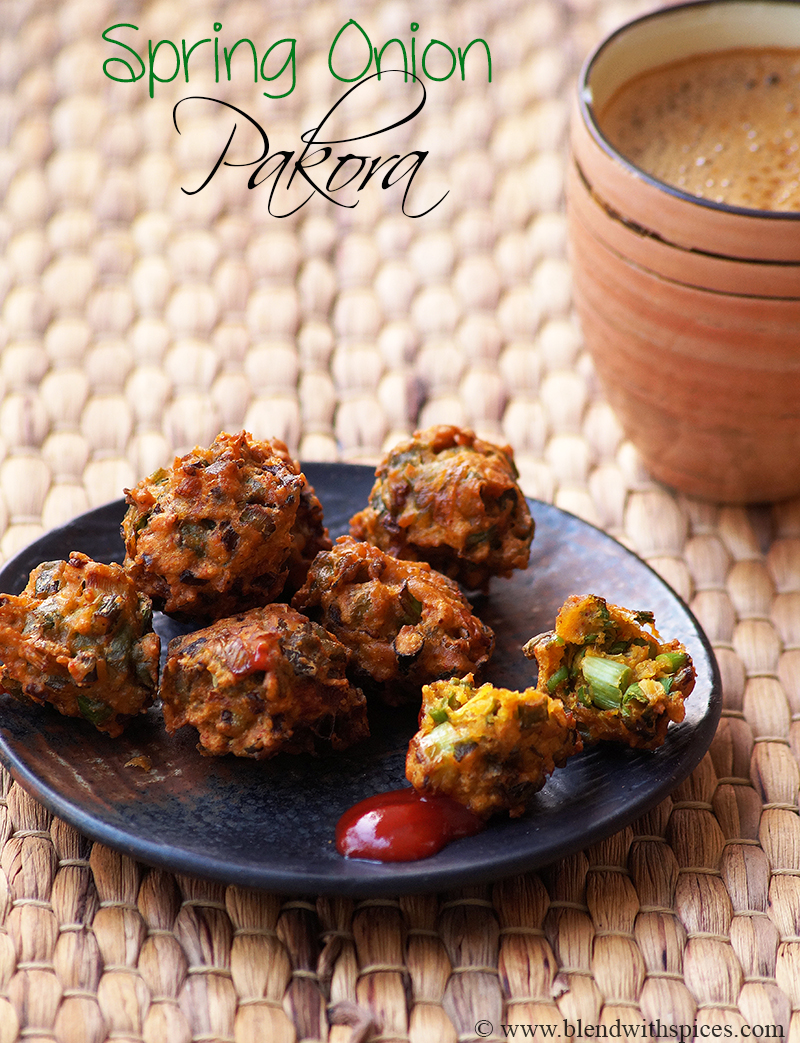 hare pyaz pakoras served in a black plate with tomato ketchup and coffee